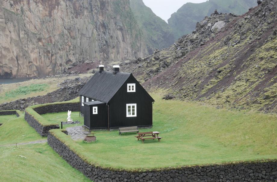 красивый дом и интересный ландшафтный дизайн