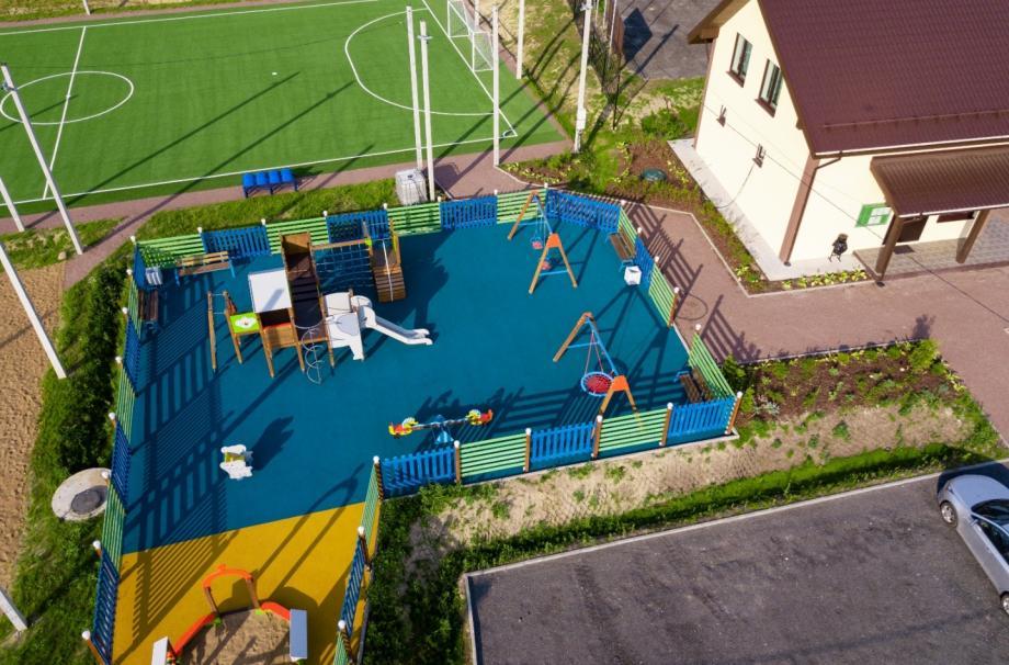 На фото - детская площадка в коттеджном посёлке